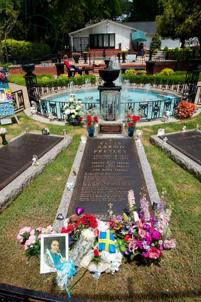 The grave of Elvis Presley at his Graceland home (photo)