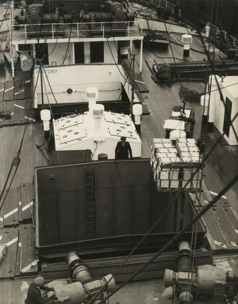 Loading the hull of a ship, USA, c.1920-38 (gelatin silver photo)