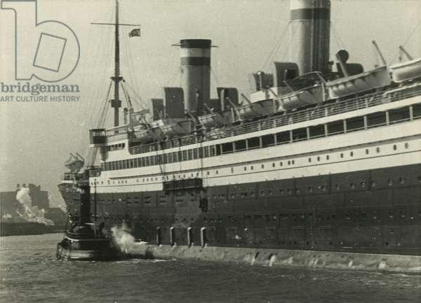 Steamship, New York Harbor - bringing her into port, 1928, New York, USA, 1928 (gelatin silver photo)