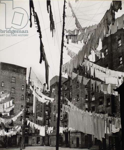 Court of the first model tenement house in New York, Manhattan, 16th March, 1936 (gelatin silver print)