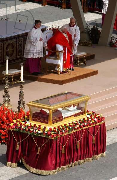 Rome, Saint Pierre le 03/06/2001: cérémonie de la Pentecôte célébrée par le Pape Jean Paul II et exposition de la dépouille du Pape Jean XXIII.