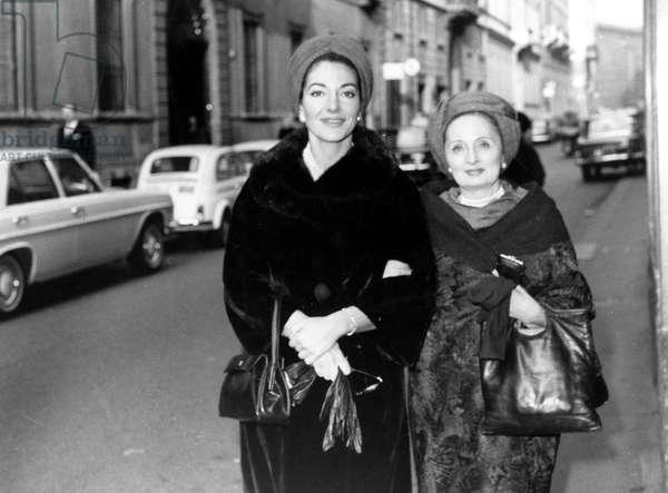 Maria Callas à Milan avec son habilleuse Biki. le 19/11/1966.