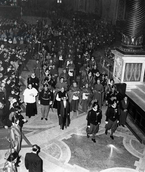 Place Saint Pierre, Vatican 10/1958. Conclave pour l'election du nouveau Pape. Les Cardinaux reunis.