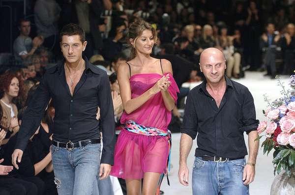 Milan, le 30/09/2001. Mode femme. Printemps-été 2002. Défilé Dolce & Gabbana. Gisele Bundchen avec Stefano GABBANA et Domenico DOLCE