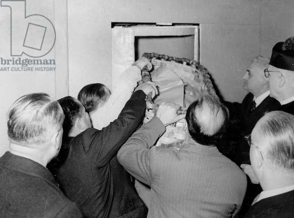 Vatican 10/1958. Conclave pour l'election du nouveau Pape. les vivres pour les participant sont remises a travers une porte tournante.