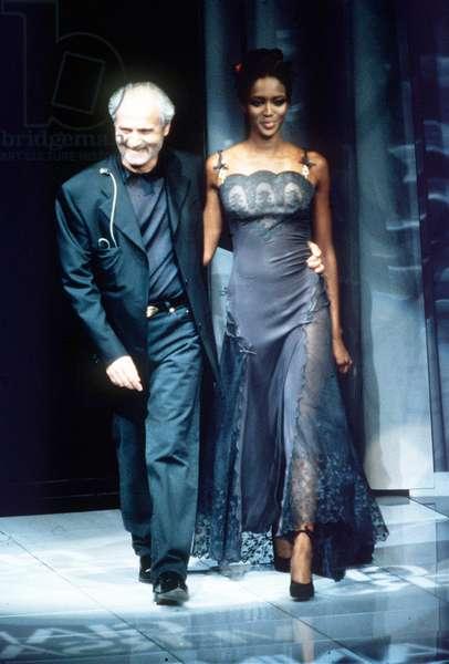Milan, le 06/10/1996. Mode Printemps-Eté 1997. Gianni Versace avec Naomi Campbell pendant le défilé Gianni Versace. © Wiedenhofer/Farabolafoto/Leemage