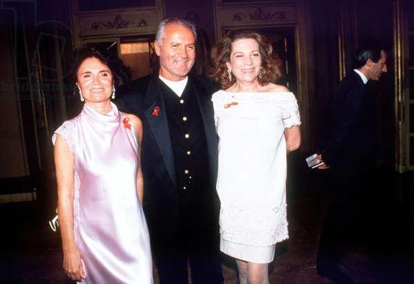 Gianni Versace avec Madame Galtrucco et Raffaella Curiel à Milan juin 1994. © Guarnieri/Farabolafoto/Leemage