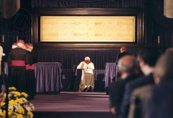 Turin 24/05/1998, le pape Jean Paul II agenouille devant le Saint Suaire (Sacra Sindone). Photo D'Ottavio
