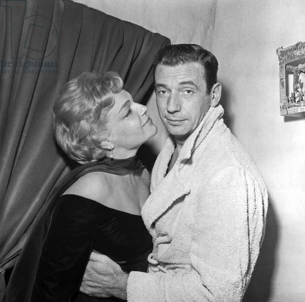 Paris 06/10/1958 Yves Montand et Simone Signoret dans la loge du chanteur a l'Etoile (Yves Montand with his wife Simone Signoret on the occasion of his show at the Etoile (Paris, 1958)