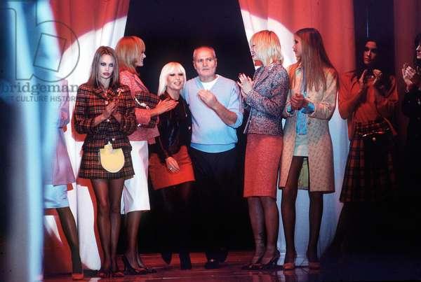 Milan, le 04/03/1995. Mode Automne-Hiver 1995/96. Les Stylistes Gianni et Donatella Versace avec les mannequins.