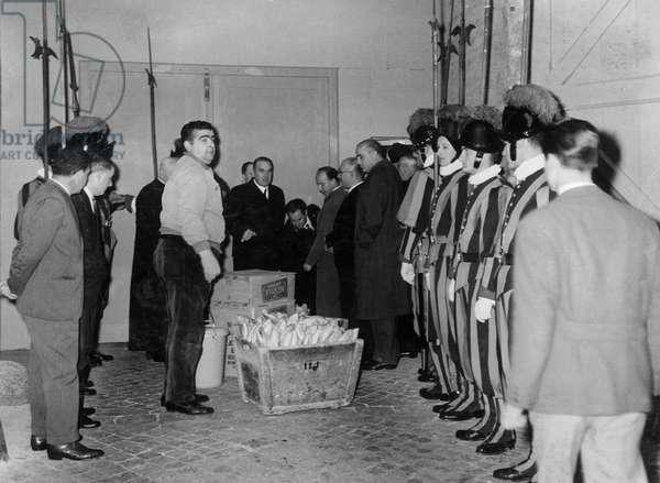 Vatican 10/1958. Conclave pour l'election du nouveau Pape. Preparation des vivres destinees aux cardinaux participants au Conclave.