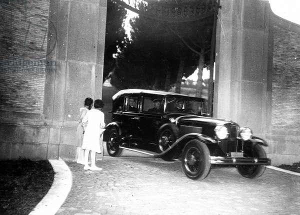 le pape Pie XI (1857-1939) en voiture (Pope Pius (Pio) XI on a car) 1934