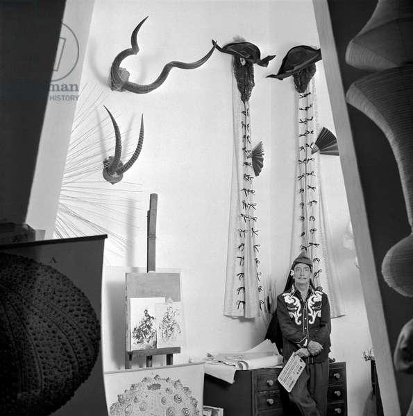 Salvador Dali (1904-1989) dans sa maison de Port Lligat en novembre 1957 (b/w photo)