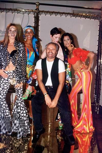 Milan, le 04/10/1992. Gianni Versace avec les mannequins pendant la preparation du defile VERSACE. Sur la gauche, Carla Bruni.