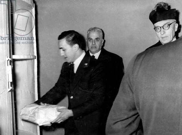 Vatican, 1958. Les vivres pour les Cardinaux participants au Conclave de 1958 sont deposees dans un coffret tournant.