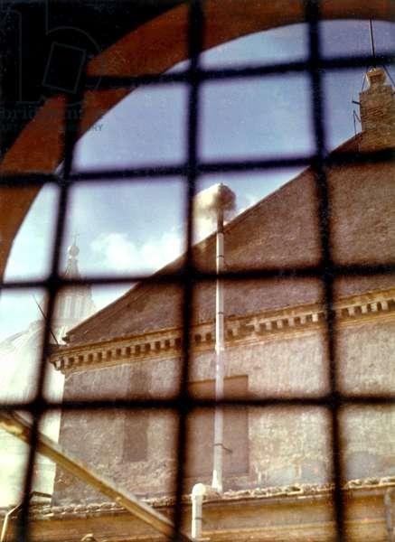 Vatican, Place Saint Pierre 27/10/1958. Conclave pour l'election du nouveau Pape. la fumee sortant de la cheminee de la Chapelle Sixtine annoncant la fin des scrutins.