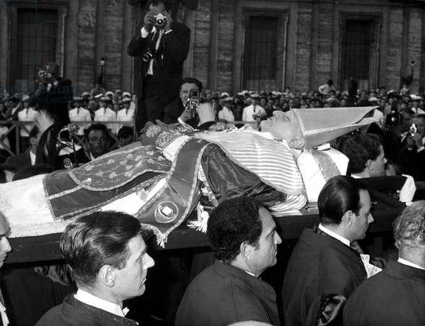 Funerailles du Pape Jean XXIII. La depouille du pape exposee au Vatican. le 03/06/1963. ©Felici/Farabola/Leemage