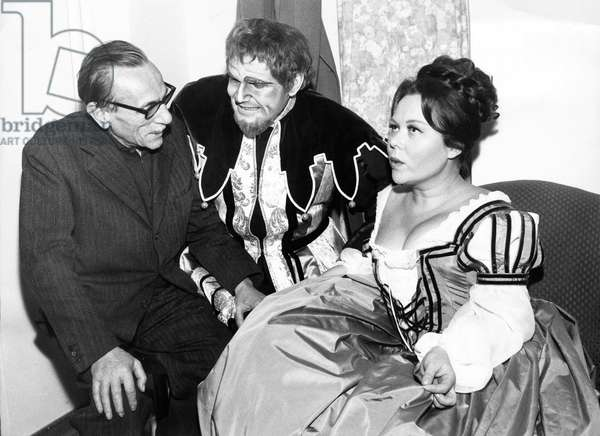 Rome 18/11/1966. L'inauguration de la Saison lyrique 1966/67 au Teatro dell'Opera de Rome avec l'Opera Rigoletto de Giuseppe Verdi, mise en scène de Edoardo de Filippo (à gauche) avec comme interprêtes, Renata SCOTTO (à droite), Costas PASCALIS (au milieu) et Luciano PAVAROTTI.