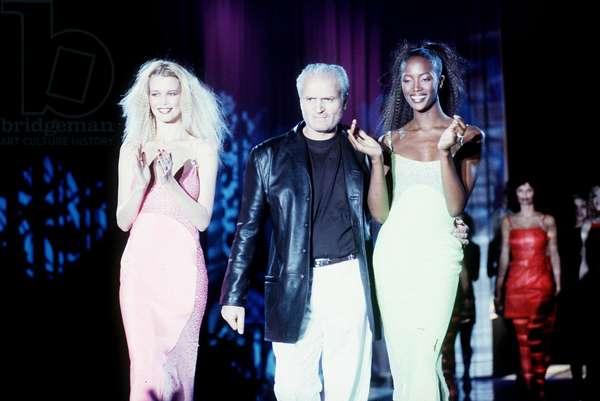 Milan, le 07/03/1996. Mode Automne-Hiver 1996/97. Styliste Gianni Versace avec Claudia Schiffer et Naomi Campbell pendant le défilé Gianni Versace. © Wiedenhofer/Farabolafoto/Leemage