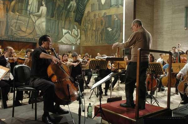 Rome, Istituzione Universitaria Concerti 16/11/2004 : Orchestra Roma Sinfonietta dirigé par Ennio Morricone, Yo Yo Ma au violoncelle soliste. Photo Musacchio © Farabola/ Leemage