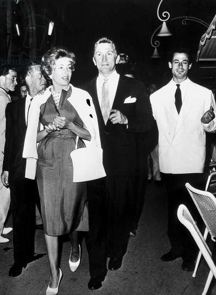 Kirk Douglas et sa femme a Via Veneto a Rome, le 25/08/1958 pendant les vacances.