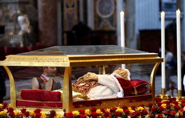 Rome, Saint Pierre le 03/06/2001: cérémonie de la Pentecôte et exposition de la dépouille du Pape Jean XXIII.