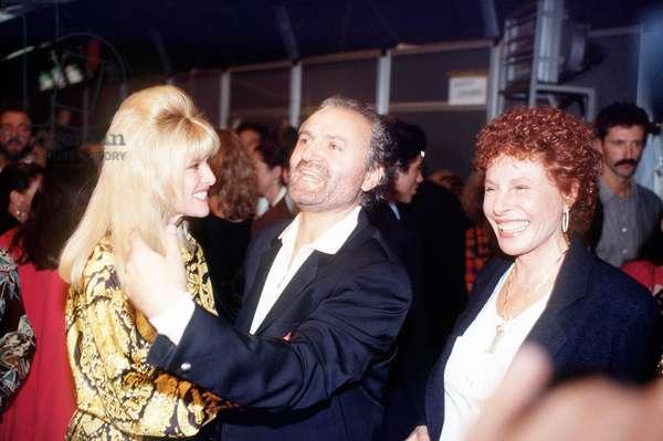 Gianni VERSACE avec Ornella VANONI et Ivana TRUMP © GMT/Farabolafoto/Leemage