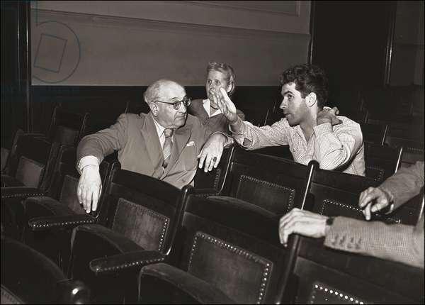 "30/05/1950. Alberto Savinio (Andrea de Chirico) (1891-1952) avec Giorgio STREHLER pendant les répétitions de"""" Alcesti di Samuele"""" de Alberto Savinio."