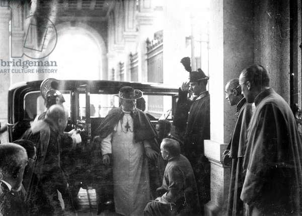 le pape Pie XI (1857-1939) en voiture (Pope Pius (Pio) XI on a car) 1930 - 1935
