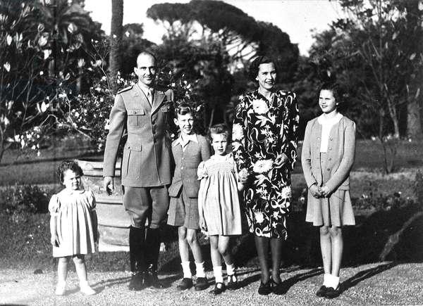 Humbert II (Umberto II), Roi d'Italie (dit il re di Maggio) photographie le 10 mai 1946 dans les jardins du Palais du Quirinale avec son epouse Marie Jose (Marie-Jose) de Belgique (=Maria Jose de Savoie) (1906-2001) et ses enfants (de g. a d.) Marie Beatrice (Maria Beatrice), Victor Emmanuel (Victor-Emmanuel) (Vittorio Emanuele), Marie-Gabrielle (Marie Gabrielle) (Maria Gabriella) et Maria Pia.