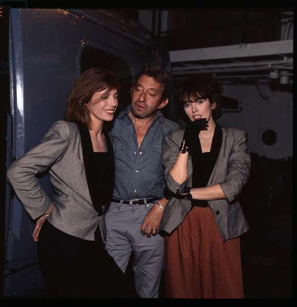 Portraits de Serge Gainsbourg (1928-1991) entoure de Jane Birkin et Isabelle Adjani, debut des annees 1980 (avant 1985)