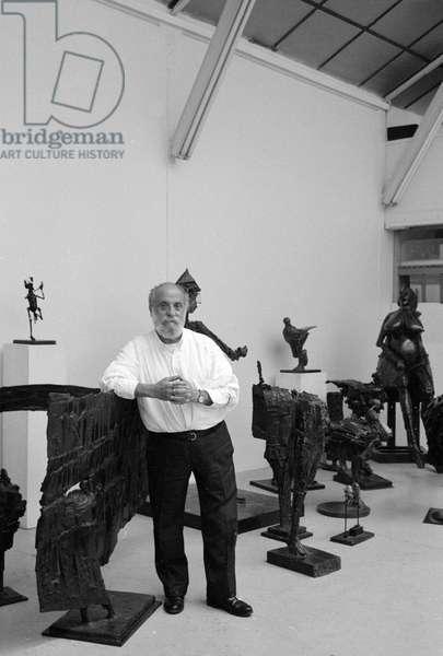 Portrait du sculpteur Cesar Baldaccini, dit Cesar (1921-1998) dans son atelier en 1992.