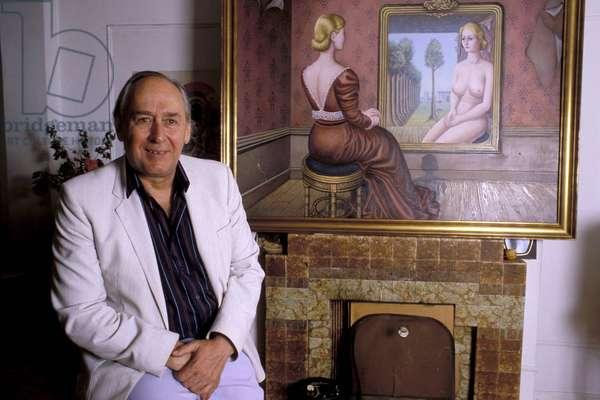 James Graham BALLARD (J.G. Ballard) - Date : 19880601 - devant un tableau de Paul Delvaux (1897-1994)