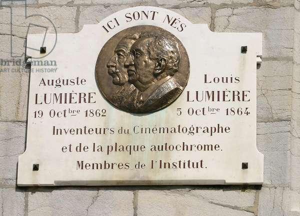Besancon, plaque sur la maison de naissance freres aguste et louis lumiere,(inventeurs du cinematographe) place victor hugo