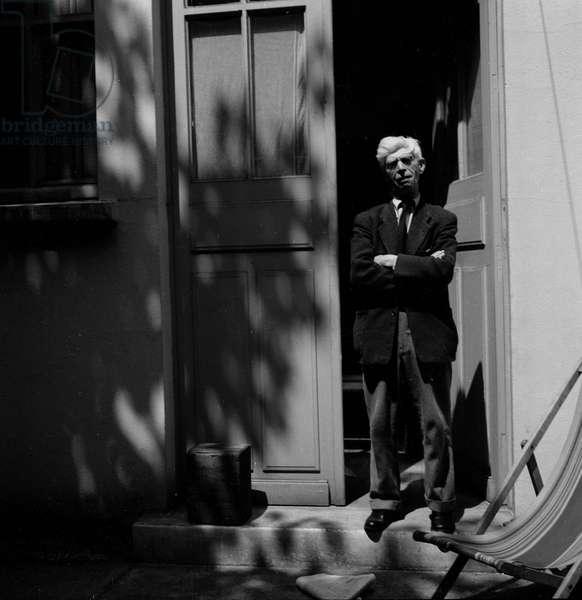 Portrait du sculpteur Ossip Zadkine (1890-1967) dans sa maison parisienne  en 1956.