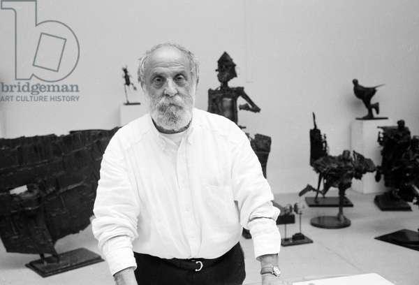 Portrait du sculpteur Cesar Baldaccini, dit Cesar (1921-1998) dans so atelier en 1992.