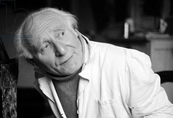 Portrait du peintre Georges Michonze (1902-1982) dans son atelier parisien, 1971.