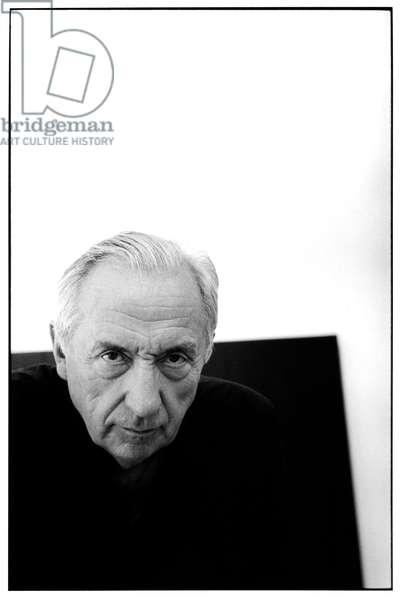 Portrait de l'artiste Pierre Soulages dans son atelier a Sete, en 1992