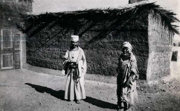 De FOUCAULD Charles en 1901 devant son ermitage de Beni-Abbes (sud de l'Algerie), avec son catechumène baptise Joseph