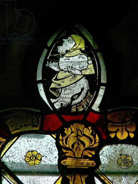 Window s4 depicting a musician-grotesque atop a canopy (stained glass)