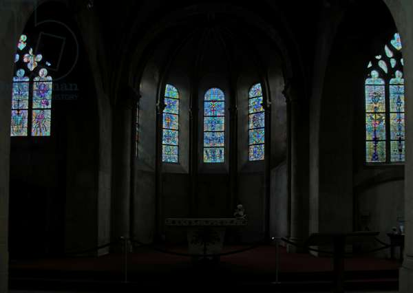 View to the est and the apse (stained glass)