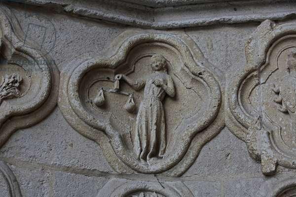 Amiens, cathedral, W façade, north door: Sign of the Zodiac: Libra,  (photo)