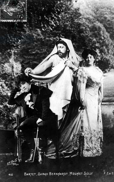 Henriette Rosine Bernard called Sarah Bernhardt (1844-1923), dramatic artist, in a theatre scene with actress Mme Barthet and actor Mounet-Sully (Mounet Sully)