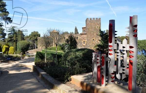 "Sculpture ""no title"" (1995) in the Botanical Park of Cap Roig - (Costa Brava, Catalonia, Spain) (photo)"