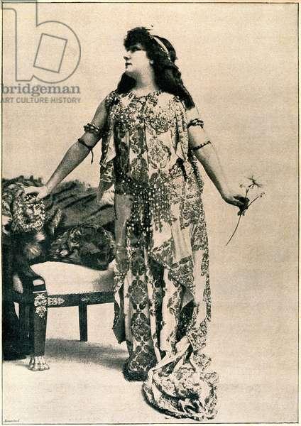 """Portrait en pied de theatre comedienne Henriette Rosine Bernard dit Sarah Bernhardt (1844-1923), published in """"Annales politiques et Littžraires"""" n°702, 6 December 1896."""