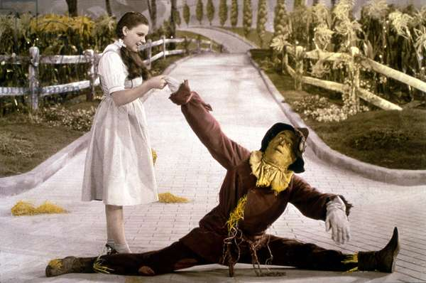 "The Wizard of Oz: film by Victor Flemming (1939) based on Franck L. Baum's novel ""The wonderful wizard of Oz"""". Dorothy (Judy Garland) and the scarecrow. MGM operating photo."