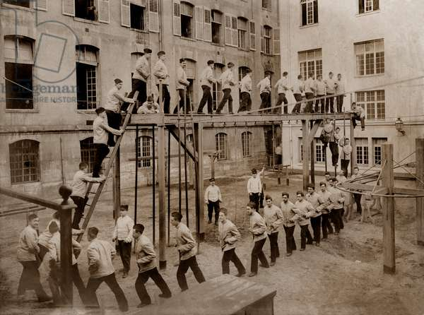 Students of the Ecole Polytechnique de Paris in exercise of gymnastics, beginning 20th century