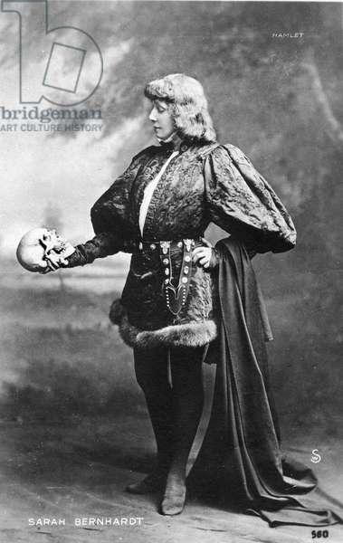 Henriette Rosine Bernard called Sarah Bernhardt (1844-1923) as Hamlet (Shakespeare), with the skull of Yorick, Theatre des Nations 1899.