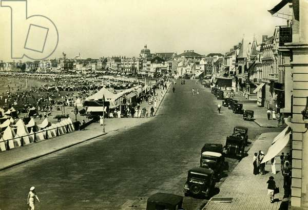 Les Sables d'Olonne (Vendee, Atlantic coast), tourist and seaside town in the middle of the twentieth century (20th century): Avenue George Clemenceau and the beach - car traffic, sea holidays - postcard Yvon (true photography) sent in August 1947 -