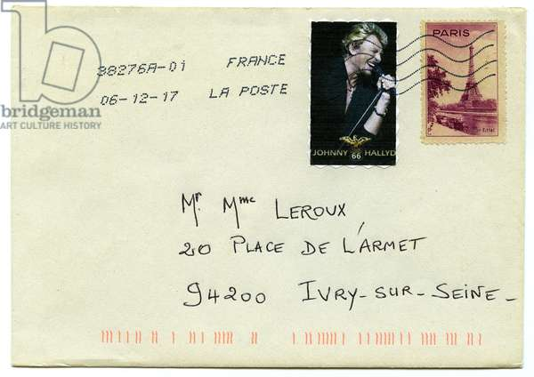 Homage of a fan to Johnny Hallyday: on the day the singer's disappearance is announced (died on the night of December 5-6, 2017), one of his admirers sends another fan a postage letter with a fictional stamp with the effigy of their idol, accole to another stamp representing the Eiffel Tower. Two French monuments! N.B. For the sake of confidentiality, the name and address on the envelope have been changed.